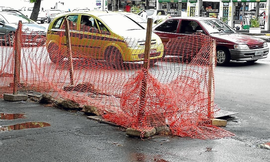 Buraco existe há mais de um mês na Rua Humaitá Foto: Terceiro / Foto da leitora Cinthia Barki