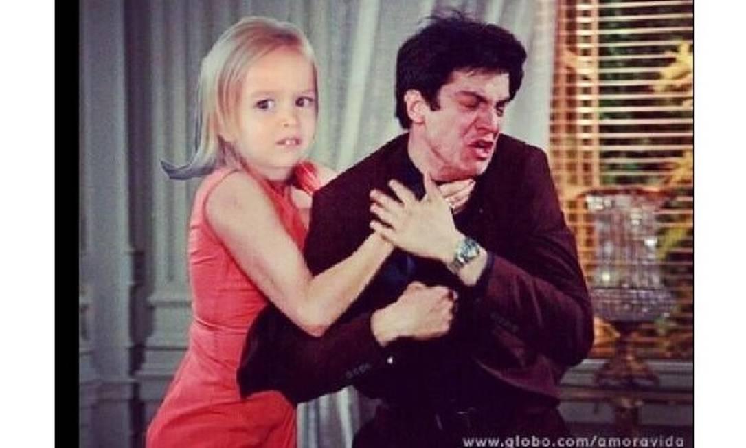 Numa das hilárias montagens feitas por internautas, a garotinha Chloe ataca Félix sem dispensar seu ar blasé Reprodução da web