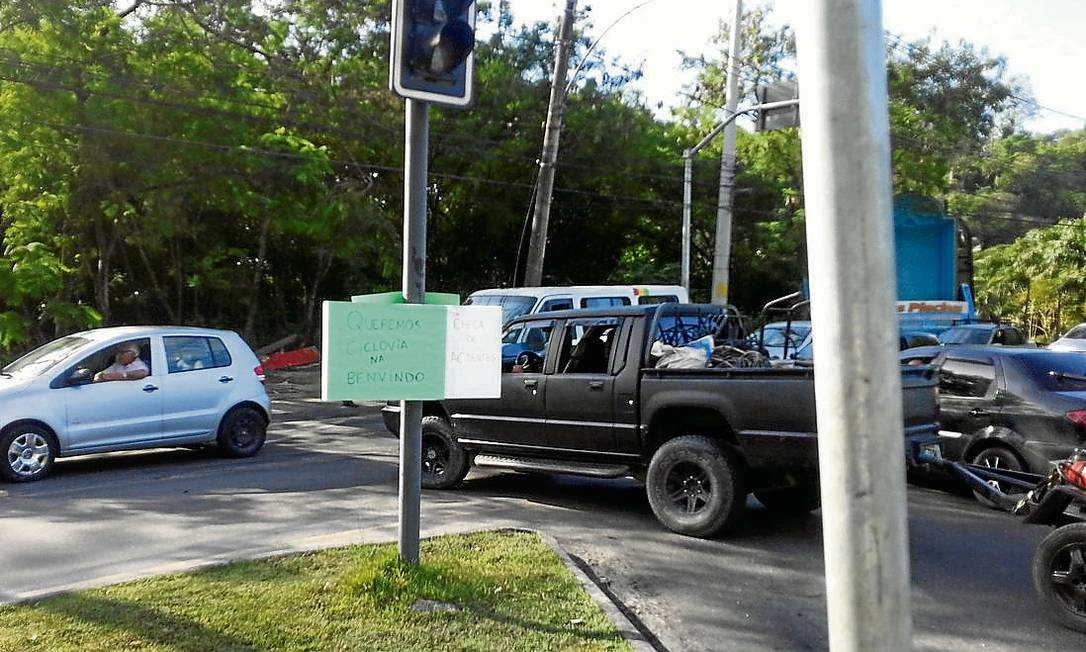 """Protesto. """"Queremos ciclovia na Benvindo. Chega de acidentes"""", diz cartaz deixado por manifestantes Foto: Terceiro / foto do leitor"""