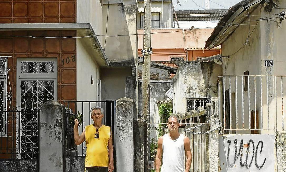 Os moradores Antônio Fernandes e André Costa desejam que o fechamento do estádio seja prorrogado pelo maior prazo possível Foto: Bia Guedes