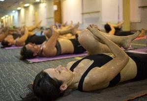 Aula de bikram yoga com sala aquecida a 40 graus. Apesar de estar em alta, prática pode trazer riscos para a saúde Foto: Paula Giolito / Agência O Globo