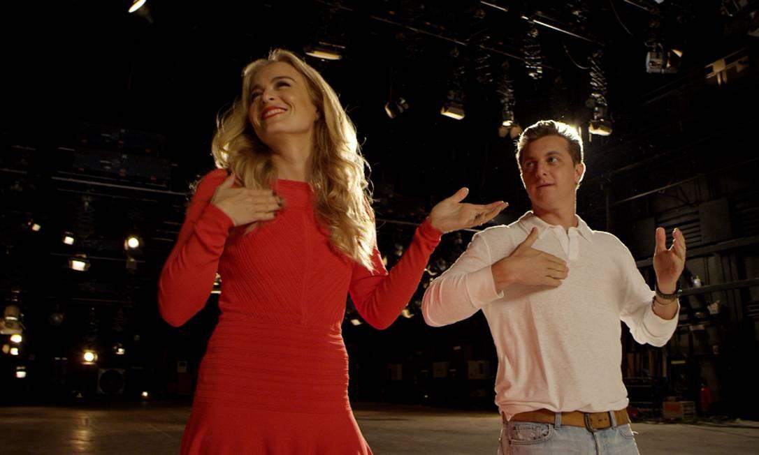 Angélica e Luciano Huck capricham na coreografia na gravação da vinheta de fim de ano da Globo Foto: Frame/ Divulgação