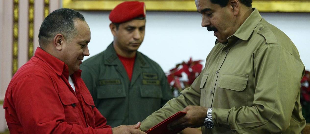 Diosdado Cabello, presidente da Assembleia Nacional, entrega a nova Lei Habilitante a Maduro Foto: JUAN BARRETO / AFP