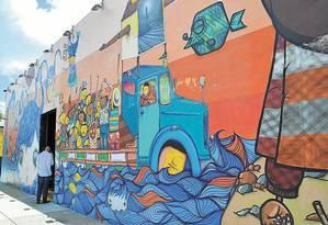 Mural dos artistas brasileiros Os Gêmeos em Wynwood, é um dos sinais de renovação da região central de Miami Foto: Mari Campos