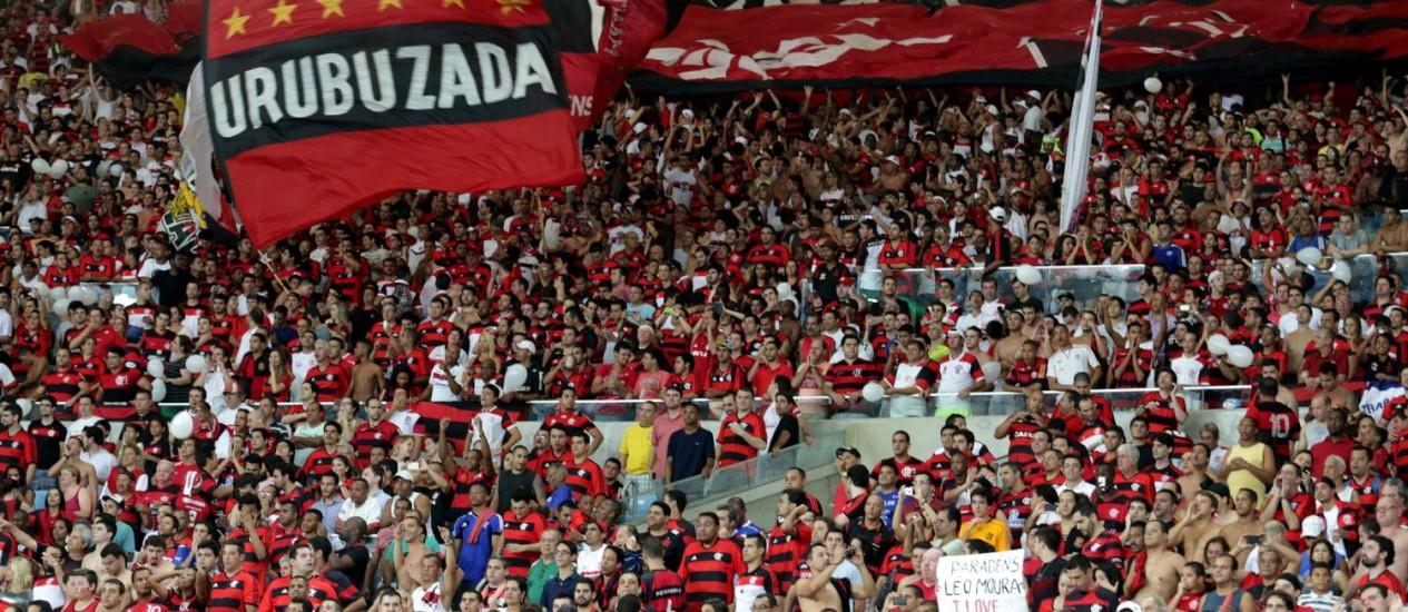 Vibração. Torcida do Flamengo faz festa na arquibancada nas quartas de final da Copa do Brasil contra o Botafogo. Os quase 54 mil ingressos destinados aos rubro-negros para a decisão já estão esgotados Foto: Marcelo Theobald / Marcelo Theobald/23-10-203