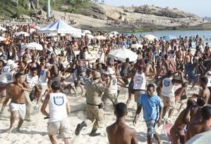 PMs e Guardas Municipais reprimem brigas e roubos na praia do Arpoador Foto: Marcelo Carnaval / Agência O Globo