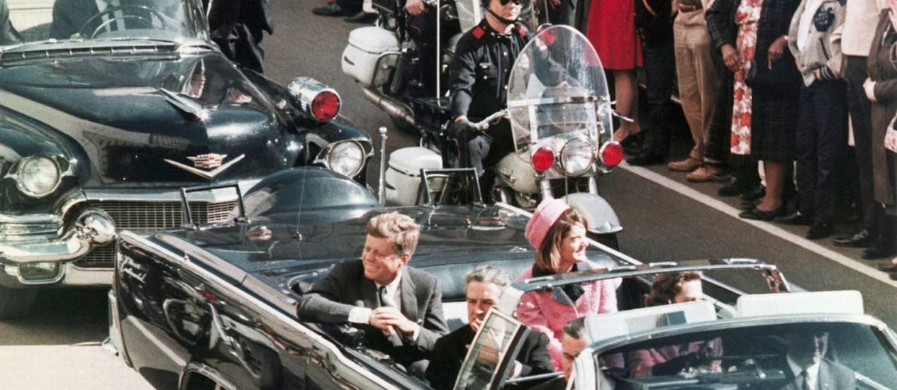 O presidente americano John F. Kennedy com a mulher, Jacqueline Kennedy, pouco antes do tiro que lhe tirou a vida Foto: Uncredited / AP