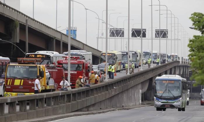Equipes do Corpo de Bombeiros e da CCR Ponte foram acionados para atender as vítimas do acidente Márcia Foletto / Agência O Globo
