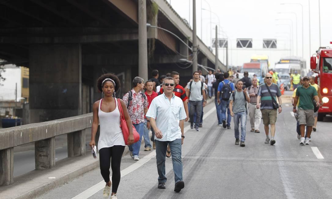 Passageiros tiveram que descer dos coletivos e seguir a pé em direção à rodoviária Márcia Foletto / Agência O Globo