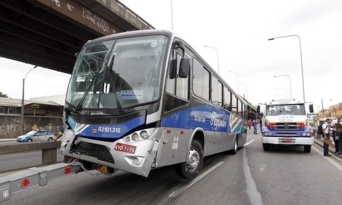 Um dos ônibus envolvidos no acidente é rebocado Márcia Foletto / Agência O Globo