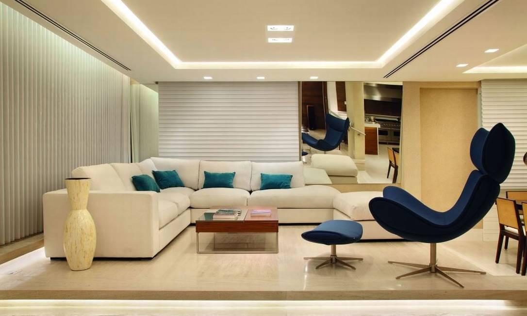 Estilo contemporâneo e o suave contraste entre tons claros e nuances de azul na sala de um apartamento no Leblon, da arquiteta Bianca Da Hora Foto: Divulgação
