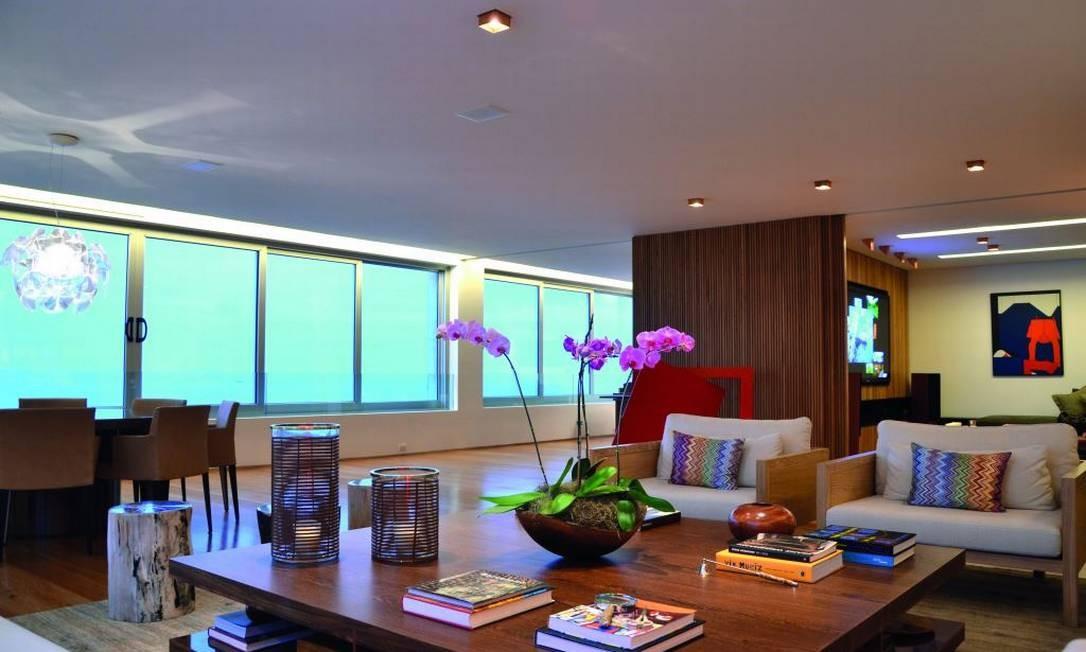 O arquiteto Cadas Abranches integrou as salas deste apartamento em Ipanema para que de cada lugar fosse possível apreciar a vista da praia. Os objetos de arte coloridos dão vida ao estilo contemporâneo Foto: Divulgação