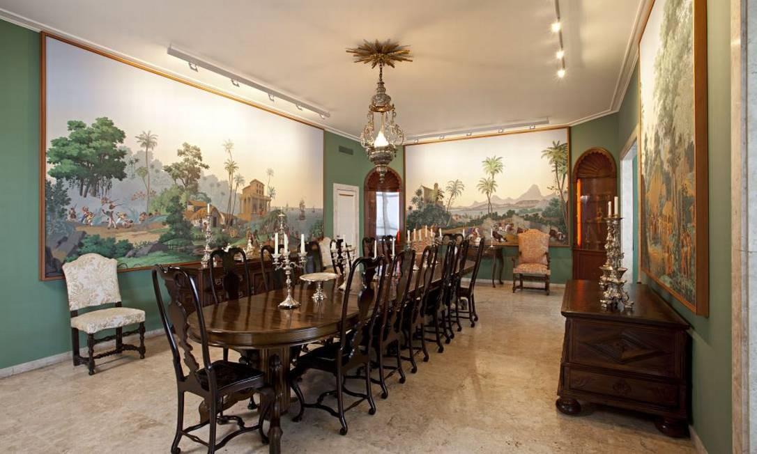 Sala de jantar do apartamento projetado por Chicô Gouvêa. O painel retrata o Brasil do século XIX e é acervo da família Foto: Divulgação