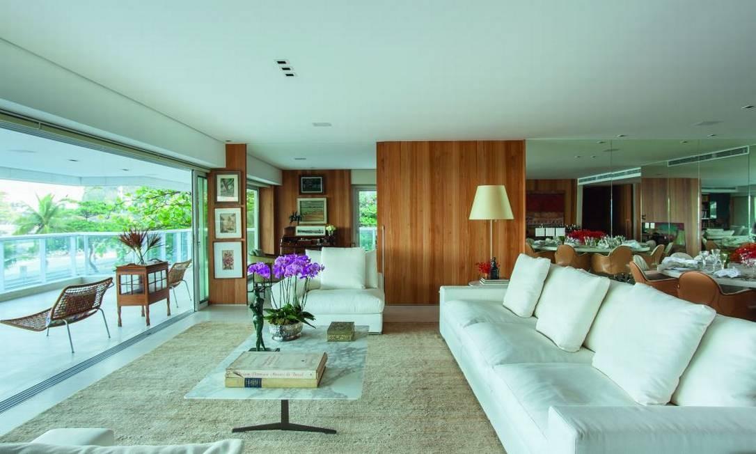 Linho no mobiliário e fibras naturais na tapeçaria ornam a sala no Leblon, com uma janela de ponta a ponta para aproveitar a vista. Projeto de David Bastos Foto: Divulgação