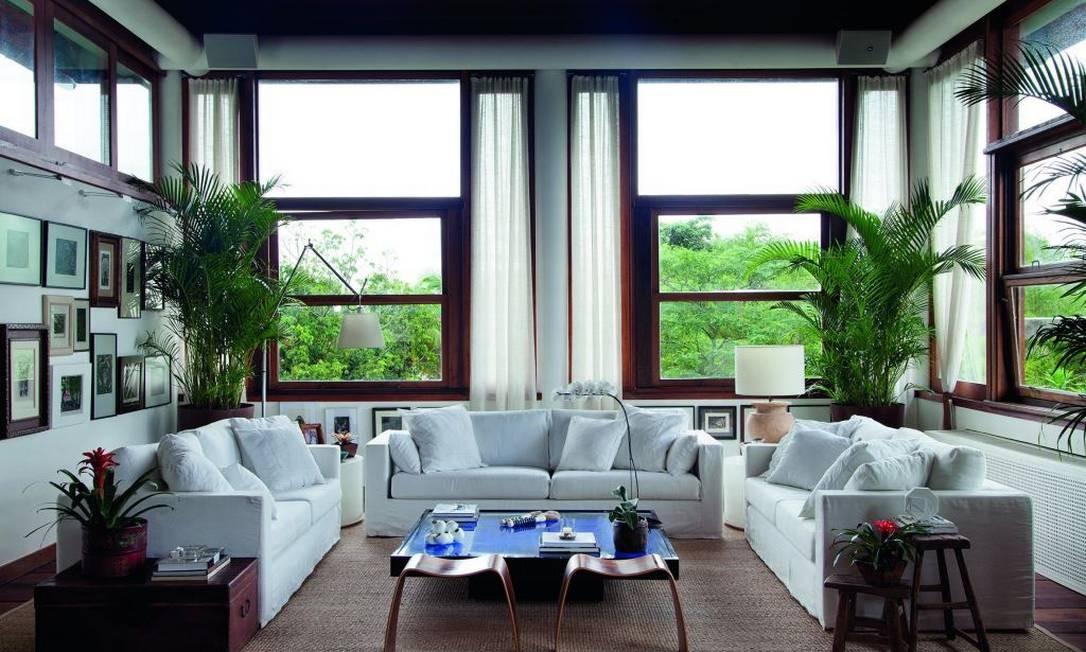 Móveis clássicos e brasilidade foram a linha que nortearam o arquiteto Erick Figueira nesta casa no Jardim Botânico Foto: Divulgação