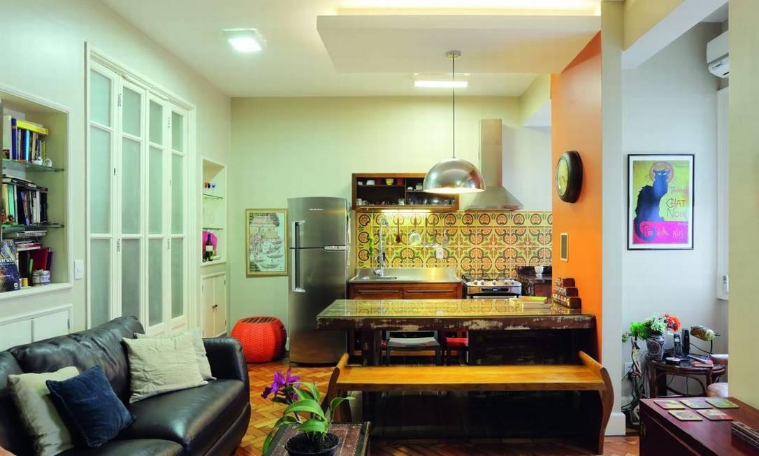 No apê de uma chef, na Glória, a cozinha é a protagonista. O arquiteto Robson Olivera fez da mesa uma divisória convidativa e aconchegante para receber convidados Foto: Divulgação