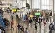 Passageiros no salão de embarque do aeroporto de Schiphol, Amsterdã, na Holanda Foto: Jock Fistick / Bloomberg