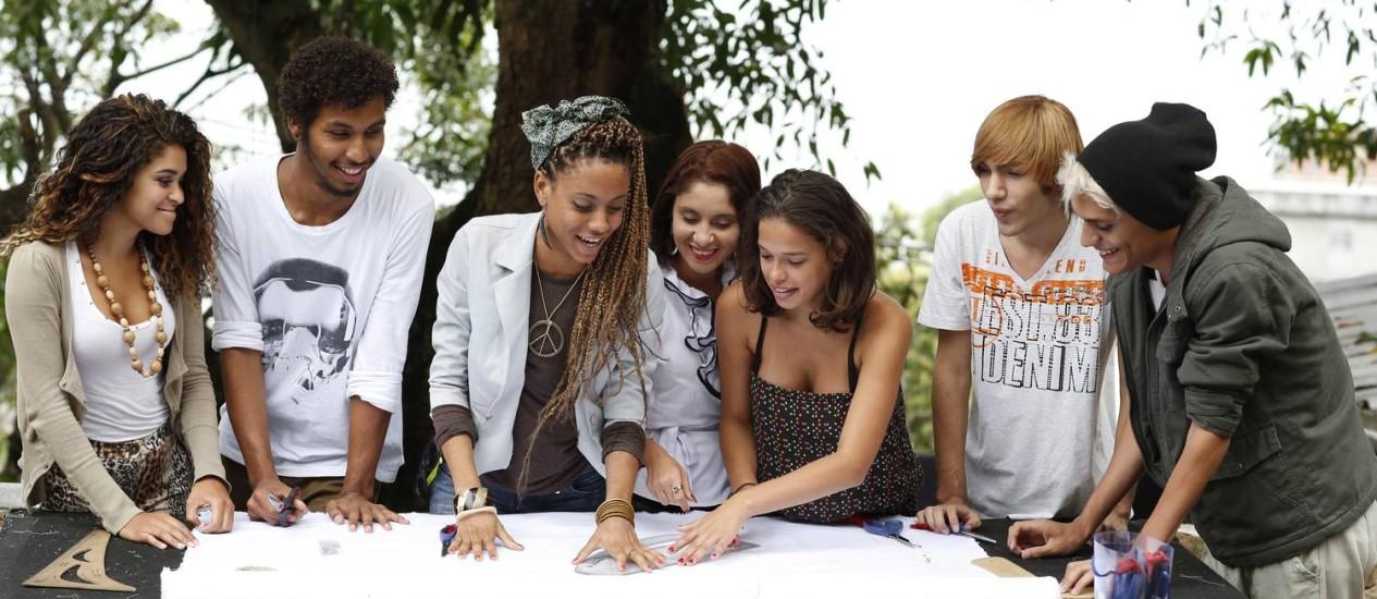 Alunos da casa geração recebem capacitação gratuita para atuar no mercado de moda Foto: Daniela Dacorso / Agência O Globo