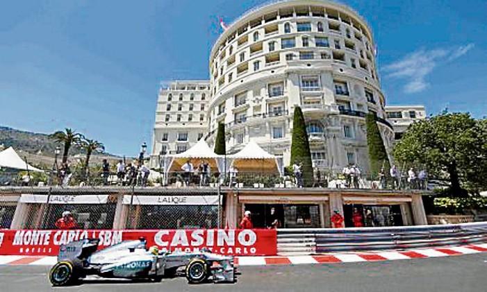 Carro de Nico Rosberg, vencedor do GP de Mônaco de 2013, em frente à Praça do Cassino Foto: Benoît Tessier / Reuters