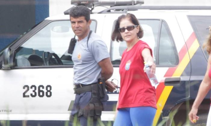 Ex-funcionária de Valério, Simone Vasconcelos toma banho de sol no 19º Batalhão da Polícia Militar, na Papuda Foto: Givaldo Barbosa/ O Globo