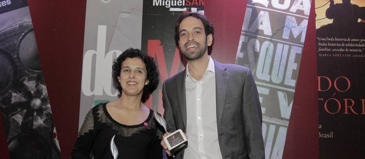 Na foto, Paula Fábrio e Jacques Fux recebem seus prêmios de melhores do ano. Daniel Galera não participou do evento Foto: Eliária Andrade / Agência O Globo