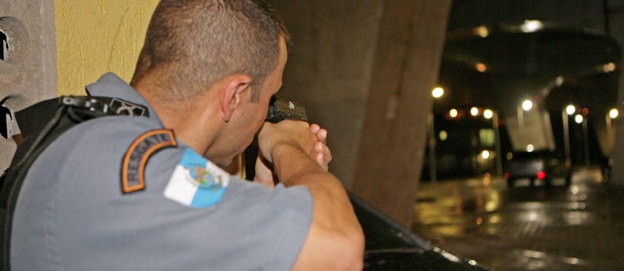 Policiais da UPP de Manguinhos fazem operação em uma das entradas da Favela Foto: Luiz Ackermann / Agência O Globo