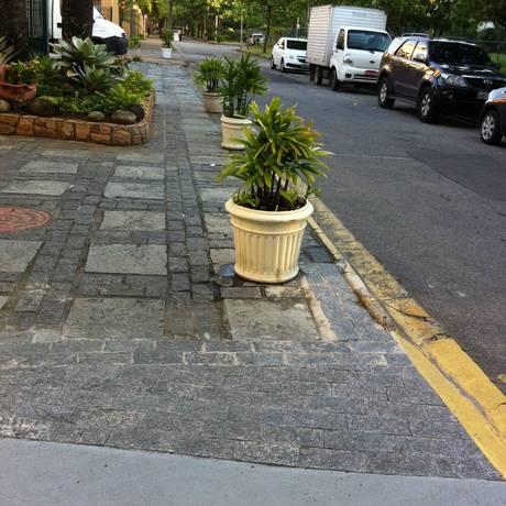 Vasos de plantas ocupam calçada da Avenida General Olyntho Pillar, na Barra Foto: Leitor Alexandre Freitas / Eu-Repórter