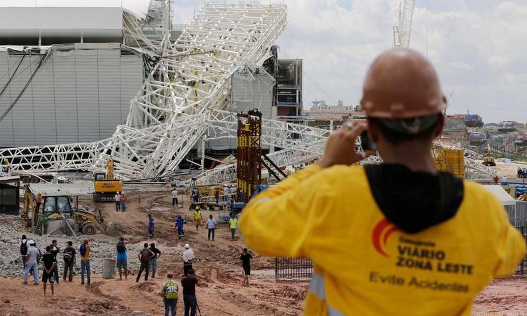 Acidente provocou queda de arquibancada no estádio de abertura da Copa Foto: AP Photo/Nelson Antoine