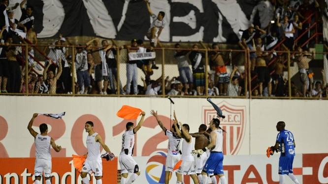 Jogadores da Ponte Preta comemoram a histórica classificação à final Foto: NELSON ALMEIDA / AFP