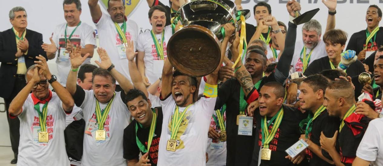 O capitão Leonardo Moura ergue a taça de campeão da Copa do Brasil. Torcedores cobram reforços para a próxima temporada Foto: Marcelo Theobald / Extra