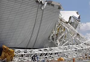 Fiscais e técnicos estiveram no Itaquerão para averiguação das condições estruturais da obra, após o acidente Foto: MichelFilho / Agência O Globo