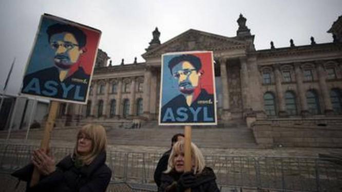 Protesto em Berlim defende asilo para Edward Snowden Foto: AFP/18-11-2013