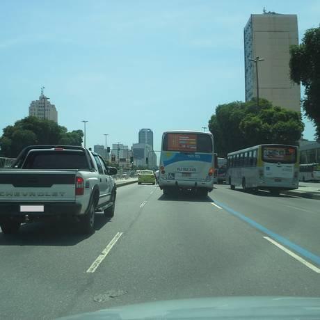 Ônibus desrespeita corredor exclusivo e invade faixa de carros na Presidente Vargas Foto: Leitora Lara Fernandes / Eu-Repórter
