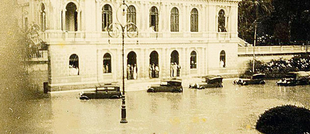 Enchente junto à Câmara de Petrópolis, no início do século XX Foto: Terceiro / Agência O Globo