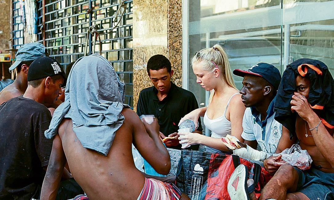 Ensino na rua. A canadense Melina cercada por moradores de rua durante uma das aulas de inglês, na Rua Gomes Freire, na Lapa Foto: Márcia Foletto