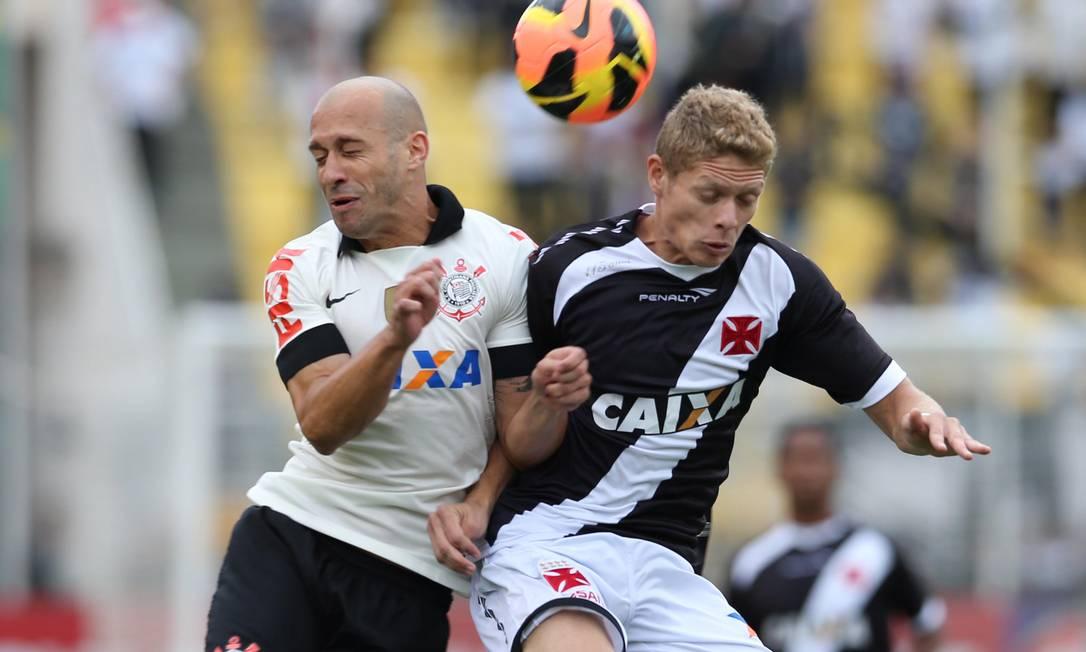 Onipresente: Vasco e Corinthians estão entre os 11 times (das séries A e B) patrocinados pela Caixa Foto: Eliária Andrade - 17/11/2013