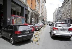 Cavaletes são usados para reservar vagas na Amaral Peixoto Foto: Felipe Hanower / Agência O Globo