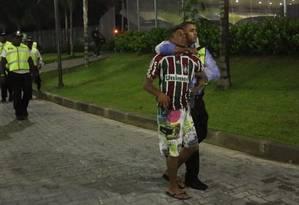Torcedor é levado por segurança do Maracanã. Saida do Fluminense do estádio foi confusa Foto: Guilherme Pinto / Extra