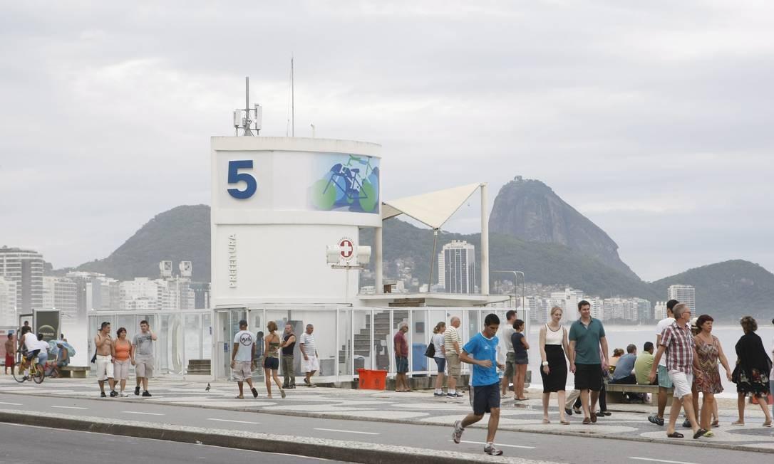 O Posto 5, em Copacabana, foi modernizado e ganhou vidros e duchas privativas Foto: Eduardo Naddar / Agência O Globo