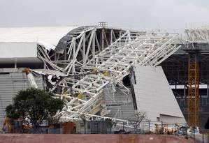 As obras do Itaquerão foram retomadas nesta segunda-feira após três dias de luto. Na semana passada, dois operários morreram após a queda de um guindaste Foto: Paulo Whitaker / Reuters
