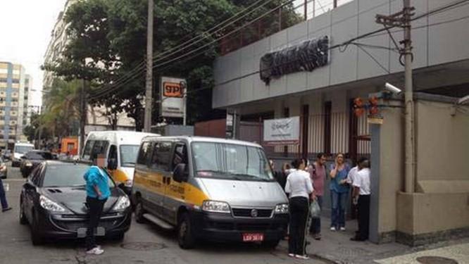 Carro estacionado em fila dupla em frente ao Colégio Qi da Rua Ibituruna, na Tijuca Foto: Luiz Flórido / Eu-Repórter