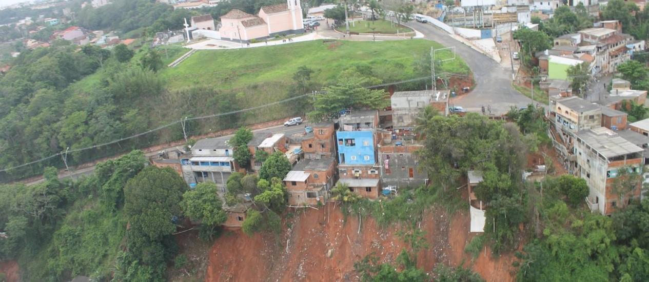 Deslizamento de terra atingiu o Morro do Sant´Anna, deixando um morto - Foto: Divulgação / Robson Oliveira