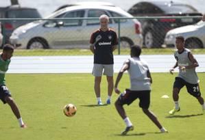 Dorival Júnior observa o treino do Fluminense na Urca Foto: Bruno Gonzalez / Extra
