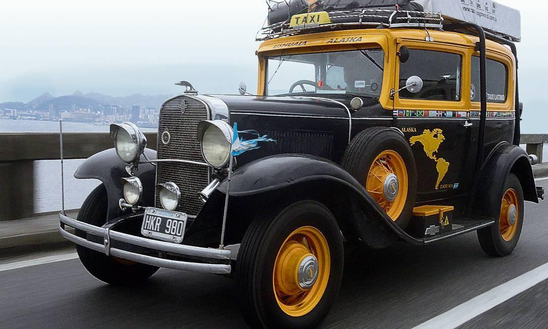 O Táxi Latino cruza a ponte Rio-Niteroi rumo ao Norte. O mapa pintado na porta mostra o Alasca como destino, mas nem Rubén, o motorista, sabe onde a corrida terminará Foto: Terceiro / Yayenca Yllas
