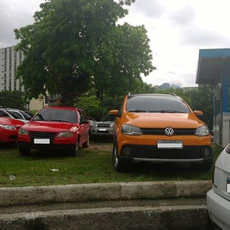 Carros são parados irregularmente em cima de canteiro da Avenida Radial Oeste, ao lado de cabine da PM Foto: Leitor Marcelo de Barros / Eu-Repórter