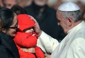 Papa Francisco abençoa um bebê durante audiência geral na Praça de São Pedro, no Vaticano Foto: FILIPPO MONTEFORTE / AFP