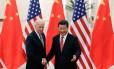 Presidente da China, Xi Jinping, cumprimenta vice-presidente dos Estados Unidos, Joe Biden, em Pequim
