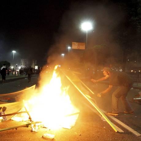 Cena de destruição em protesto no dia 20 de junho, no Centro Foto: Marcelo Piu / O Globo