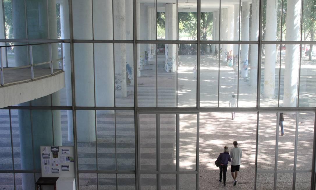 Alunos no prédio da reitoria da UFRJ Foto: Paulo Nicolella / Agência O Globo