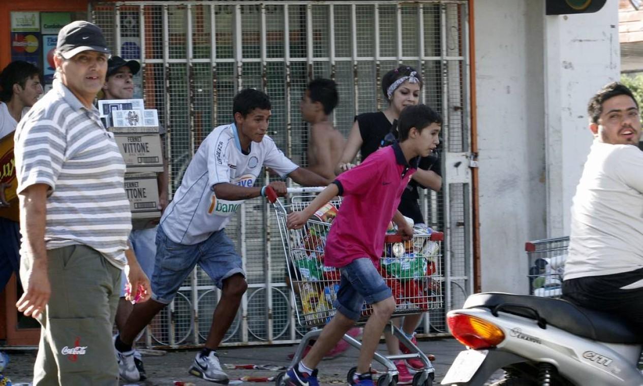 A província argentina de Córdoba foi cenário nesta quarta-feira de violentos saques a supermercados e comércios Foto: STR / AFP